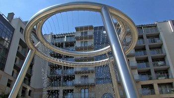 """""""Wiślane Tarasy""""  Zespół apartamentowy Wiślane Tarasy wyróżnia się architekturą i zagospodarowaniem terenu. Trzy budynki zostały zrealizowane, czwarty jest obecnie w trakcie realizacji."""