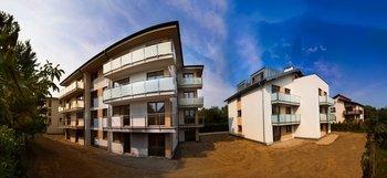 """""""Osiedle Cztery Domy""""  Kameralne osiedle przy ulicy Sarmackiej. Cztery niewielkie budynki z windą do garażu podziemnego wielostanowiskowego."""