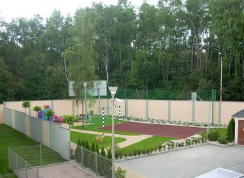 """""""Domy na Klinach""""  23 wolno stojące domy z działkami na ogródki znajdują się w unikalnej lokalizacji - w środku strefy parkowo-leśnej."""