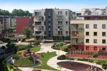 """""""Osiedle Bobrzyńskiego""""  Osiedle Bobrzyńskiego to kontynuacja sukcesu osiedla Szuwarowa. Dbanie o infrastrukturę osiedla dobrze się sprawdziło. Bezpieczeństwo zapewnia rozbudowany monitoring."""