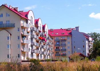 """Budynek przy ul. Zdunów  """"ul. Zdunów 18""""  W 2002 r. Spółdzielnia oddała do użytku budynek położony w rejonie Borek Fałęcki przy ul. Zdunów 18. Jest to pierwszy budynek w Krakowie zrealizowany przez Spółdzielnie Mieszkaniowe przy udziale środków z Krajowego Funduszu Mieszkaniowego. Oficjalne otwarcie nastąpiło w marcu 2002 roku. Budynek ten posiada 88 mieszkań - w tym 69 lokatorskich, 1 pracownię, 1 lokal usługowy oraz 33 miejsca postojowe w przyziemiu budynku i 15 garaży."""