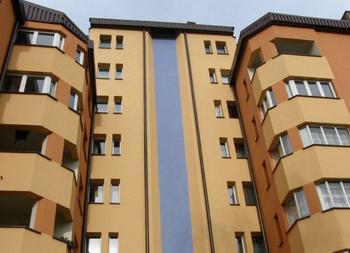 """Mazowiecka i Garbarska  """"ul. Mazowiecka 16, ul. Garbarska 16""""  Budynek przy usytuowanej w centrum miasta ul. Mazowieckiej 16 został oddany do użytku w 1988 r. Natomiast obiekt na zlokalizowanej w pobliżu Rynku Głównego ul. Garbarskiej 16 został ukończony w 1992 r. Są to najstarsze budynki naszej Spółdzielni, które znajdują się w atrakcyjnej okolicy i do dziś służą wysokim standardem zamieszkałym w nich lokatorom."""